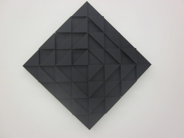 Reliëf met zwarte driehoeken (1964/65)