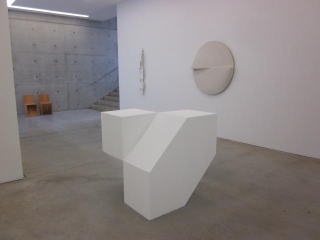 Lang wit reliëf (1962) Variatie op cirkels no. III (1965) en twee identieke voren, afgeleid uit een kubus (1971)