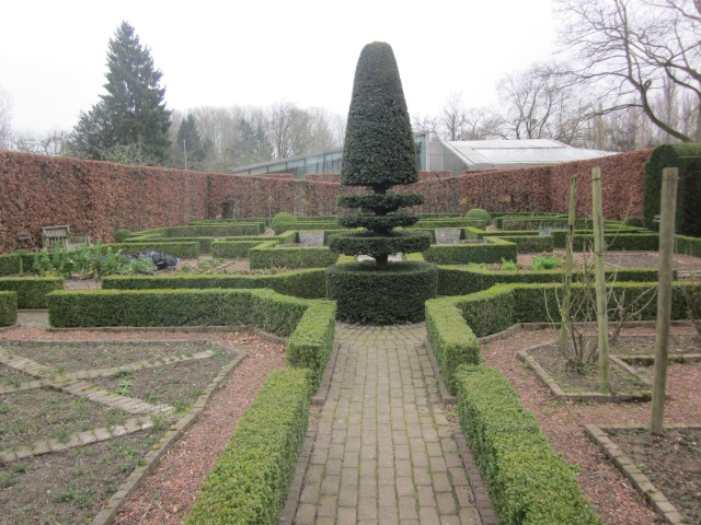 Hedge House gezien vanuit de tuin van Kasteel Wijlre