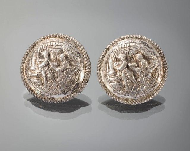 zilveren broeksknopen