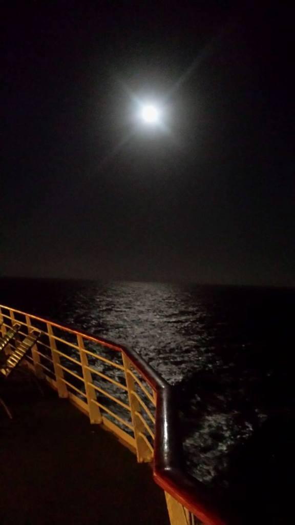 volle maan op de Atlantische Oceaan